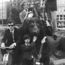 THE FOUR DEFENDERS - Rotterdam  Bezetting:  v.l.n.r. Sjef Simons - Drums. Hennie Kanselaar - Bas. Richard van Dijk - Gitaar. Vooraan: Jan Slikkerveer - Gitaar.