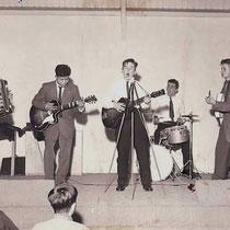peter koelewijn (1958) met egmond-gitaar, rechts anneke grönloh