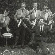 THE ROCKING CATS - Zwolle  V.l.n.r. Piet Enkelaar (slagwerk), Kees de Weerd (basgitaar), Manny vd Horst (sologitaar) en Jan Sneijder (slaggitaar). Op de voorgrond Frans Huijbers, onder de artistennaam Franky Beekman zanger van de band