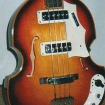 Hier de Lion vioolbas. Egmond adverteerde in radiogidsen met gitaren en versterkers op afbetaling,   voor velen de enige manier om de zo felbegeerde apparatuur aan te schaffen.