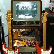 """Tussen de Burns en de Fender staat een """"nostalgisch setje""""  mijn eerste platenwisselaar, met vervolgens de radio van mijn ouders,  waar via het speakertje   de eerste klanken van mijn zelf versterkte gitaar te horen waren."""