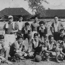 Phonton en Reggy (midden gebukt) in Palembang, Indonesië.(met dank aan Ilse Uchtmann en Reggy Tielman)