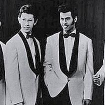 Van het geld betaalden ze de instrumenten af en kochten ze mooie witte pakken, met donkerblauwe revers.'