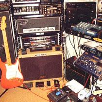 """Op de voorgrond Fender Stratocaster Hank Marvin signature met """"gold hardware"""""""