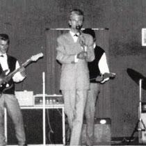 """HANS VAN BOEKHOUT - Arnhem  Hans Boekhout van Solinge uit Arnhem maakte veel covers van buitenlandse hits. Bij zijn optredens werd hij o.a. begeleid door de Haagse band """"The Flying Rockets""""(1962/1963), de Amsterdamse bands """"Blizzards""""(1962), """"Blue Rockets"""