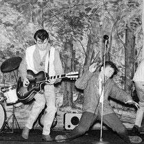 """DYNAMITE ROCKERS  Met in het midden Ton van Tergouw op een Höfner President, bij gebrek aan een basgitaar werd de baspartij op een """"gewone"""" Egmond gitaar gespeeld."""