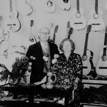 De heer Hein Nijholt met zijn vrouw Aafke in hun muziekwinkel