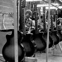 De productie van Egmond groeide, de bestaande werkplaatsen werden te klein.   Vier werkplaatsen had Egmond in die tijd. Verspreid over verschillende lokaties  in Eindhoven werden gitaren gemaakt, in kleine fabriekjes waar hooguit een paar man emplooi vond