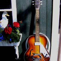 Een EGMOND beginners gitaar, electrisch versterkt met een slagplaat/pick-up die Egmond los leverde