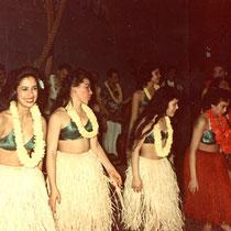 In combinatie met de op de achtergrond wachtende danseressen.