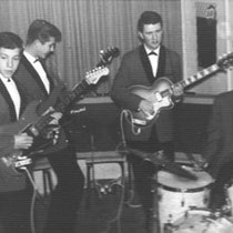 THE EXPLOSIONS - Rotterdam  Bezetting 1962-1966: Ron de Valk † (sologitaar) ex- The Jumping Arrows; naar Benelux Combo Wim van Drie (slaggitaar) ex- The Jumping Arrows - Dick Hanegraaff (slaggitaar) ex- The Lightnings - Eddie Becker (gitaar, zang) Gerard