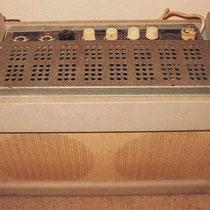 En de plaats van de radio van mijn ouders, werd ingenomen door een Meazzi Ultrasonic PA 588 (tube) Gitaarversterker !