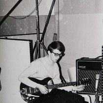 Sologitarist Adri Rol aan het stemmen voor de opname