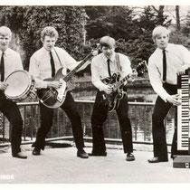 HE BLUE BIRDS - Stratum   P van Bakel (bas en zang),  B van Oerle (gitaar en zang), F van Oerle (orgel en zang), G den Teuling (slagwerk). .