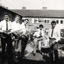 THE SHAKING ROLLERS - Apeldoorn  Ferry Talahattu-drums, Harry ter Linden- sologitaar, Henk Tygeler -basgitaar, Hans Melsbach-slaggitaar en liggend Dave Daimy.