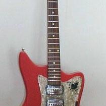 Egmond Typhoon: Deze met rood vinyl beklede gitaar is een echte player.  De 7 standen schakelaar geeft je de mogelijkheid veel lekkere gitaargeluiden te produceren'