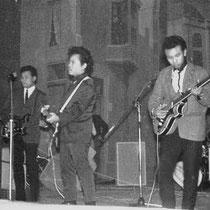 THE TROPICAL BROTHERS - Dongen  Edwin Horst: gitaar en zang  Manneke-Jimmy Jaspers: gitaar en zang  Vic Storm van 's Gravenzande: drums  Ronny Harmanus: basgitaar en zang  Harry Harmanus: gitaar en zang