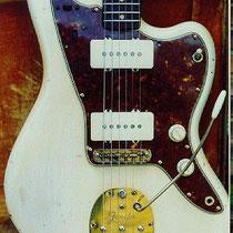 Na de introductie van de Telecaster in 1950 en de Stratocaster in 1954 wilde Leo Fender (1909-1991) in 1957 een nieuw top-of-the-line model gitaar. Het werd de Jazzmaster, een nog verder gerijpt en doordacht concept.