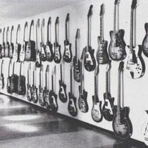 Het was de grootste gitaarfabriek van Europa.' Negentig procent van alle gitaren was bestemd voor de export. Het waren beslist geen goede gitaren, Ze werden nu eenmaal gemaakt in grote aantallen. Soms gingen ze nat de doos in.