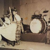 Familie Tielman 1945 4 broertjes Tielman met zusje Jane in 1945 met volksliedjes en traditionele dansen