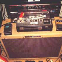 """Peavey classic 50 """"tube amp"""" met er bovenop een Watkins Copycat tape echo en wat echo pedaaltjes"""