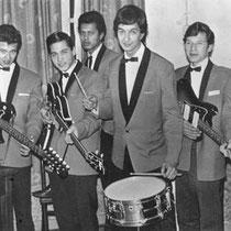 THE JIVAROS  Karakteristieke Indo-rock presentatie rond 1965. Keurige jasjes, Fender Jazzmaster en Höfner Beatle bas in de aanslag. De 12-snarige Burns gitaar links op de foto is zeer zeldzaam.