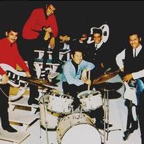 Andy Tielman: een metallic-blauwe Jazzmaster met 10 snaren,   Hans Bax: een witte Jazzmaster en Robbie Latuperisa & Reggie Tielman ieder met een witte Fender Bass VI.