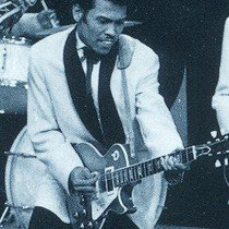 """Andy met zijn """"blonde"""" Gibson George Kooymans van Golden Earring kocht ooit de Gibson Les Paul van Andy Tielman.  - In de jaren '70 nam hij daar Radar Love mee op."""