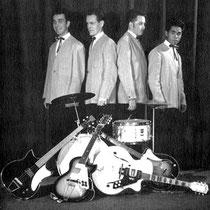 """THE DYNAMITES  Hier een """"overgang"""" van Egmond naar Höfner gitaren......"""