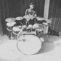 Loulou op zijn drumstel