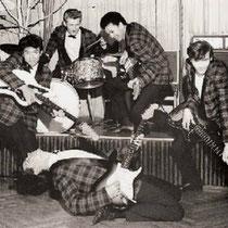 THE THUNDER GUITARS - Den Haag  Ed van Nelfen: sologitaar Rudy Schultz: sologitaar Eggy Elstak: slaggitaar Paul van Melzen: basgitaar Walter Ruis: drums