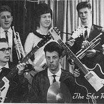 THE STAR ROCKETS - Lekkerkerk  Boven v.l.n.r. Trompet: Kees de Jager. Gitaar + Zang: Ans Mak. Trompet: Wout van Alphen.  Beneden v.l.n.r.  Sologitaar: Kees Rozendaal. Drums: Dick Potuit. Gitaar: Paul Twigt.