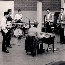 The Firedevils  hier in de Phonogram Studio in 1960, (op de voorgrond Tony Eyck op orgel)l/r: George Dankmeyer, Hans 'Jassy' Amo, Don Hieronymus, Tony Eyk, Hans de koning, Mike 'Chiel' Nanlohy