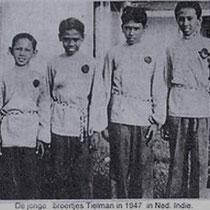 """De vier broers, Reggy, Andy, Ponthon en Loulou hebben, nu en dan aangevuld met hun zusje Jane,al enige muzikale ervaring. Voor hun komst naar Nederland hadden zij al een zeer succesvolle groep, de """"Timor Rhythm Brothers""""."""