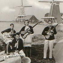 EQUIPE - Z - Zaandam  Margriet Eshuijs - gitaar/toetsen/zang Leen Schoen - gitaar/zang Arthur Doets - basgitaar Hennie Huisman - drums