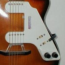 """Ook kon je een eenvoudige gitaar makkelijk """"elektrisch"""" maken door er een Royal element op te zetten dat ook door Egmond werd geleverd. ."""