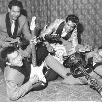 THE DYNAMICS Op de voorgrond Rudy 'blacky' Swart met Fender Stratocaster Achteraan: Ron Mayer (gitaar) - André Swensen (lichtkleurig jasje) - Henk Jansen