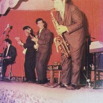 Tielman Royal Band van bassist Ponthon Tielman met een aantal gerenomeerde Indo muzikanten, nadat hij de The Tielman Brothers in 1964 had verlaten vlnr, Max Tahalele, Jimmy James, Phonton Tielman, Walther Kohn, niet zichtbaar op piano, Gerard Buskop