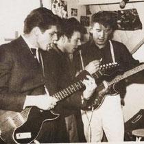 THE ROCKING STRANGERS-Bergen op Zoom  Bert Jungbeker (gitaar), René Boogaard (drums), Fred Jungbeker (gitaar, zang), Adrie Kommers (banjo), Sjan van de Watering (gitaar)