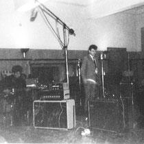 The Rocking Strangers in de studio in Brussel  met invaller sologitarist Ronnie Claassen. Bassist Adrie Kommers speelt hier op een Eko bas met Echolette versterker.