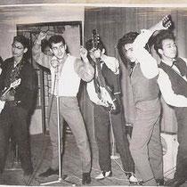 THE BLACK ROCKING CATS - Utrecht  Bezetting 1960-1961: Adri Kneefel (gitaar) naar The Travellers Chris van der Plaats (gitaar) ex- The Cool Cats (The Blue Diamonds) Sietse Frankfort (gitaar) Wim Stufkens (gitaar) Charlie Kunz (basgitaar) George van Braam