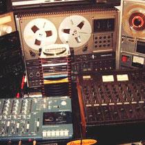 TASCAM portastudio 414 mk 2, 2x vier sporen recorders en een INKEL mengpaneel.