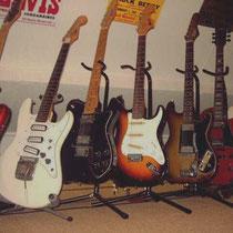 """Met de derde van rechts mijn eerste """"solid body"""" gitaar, Höfner 172 uit 1963"""