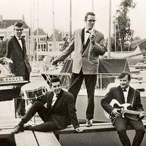 SOUND HUNTERS - Hoorn Bandleden  Kees Swagerman - Sologitaar Wim Spek - Slaggitaar Jacques Koorn - Basgitaar Aat Snaas - Toetsen Gert van Gelderen - Drums Andre de Reus - Vocals