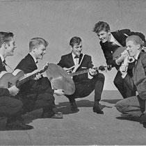 BUDDY HOFLY & THE SPARKS - Grootebroek  Bandleden  Evert Oud - Slaggitaar Adri Laan - Sologitaar Sjef Desaunois - Drums Peter Bakker - Basgitaar Buddy Hoffly - Vocals
