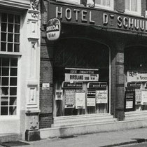 Hun eerste optreden vond plaats in Hotel De Schuur aan de Catharinastraat in Breda l Een deel van de Bredase jeugd ontdekte The Tielman Brothers al dat jaar, in Hotel De Schuur, dat de Tielmans 150 gulden betaalde voor een reeks optredens.