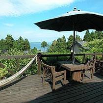 天気のいい日には、青い海を望みながらのんびりと読書・・  コーヒー・紅茶・アルコール等お飲み物をお出し出来ます。