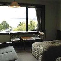 部屋の窓からは能登七尾北湾の海を望み、夜には星空を楽しみ、朝は朝日で目覚めます。