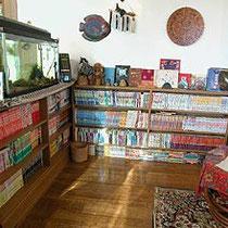 ロビーには多くの雑誌・マンガ等が用意しております。お気に入りの本がきっとみつかります。