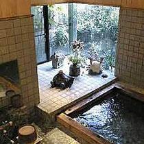 お風呂はヒノキの香りが漂う24時間入れる準天然光明石温泉有磯の湯の家族風呂です。